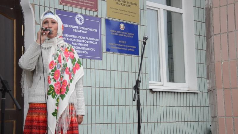 Светлана Карабань веселит народ на ярмарке в Бешенковичах