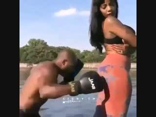 Когда девушки могут вам пригодиться не только в жизни, но и в боксе).