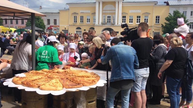 Во время праздника «Русская закваска» все желающие смогли угоститься 10 метровым кулинарным шедевром «Коса елецкая»
