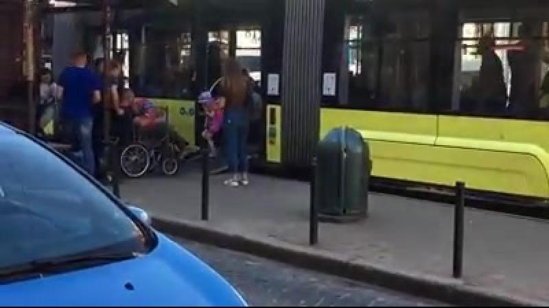 У Львові водій трамвая вийшов щоб допомогти маломобільному пасажиру на візку Відео Святослава Товстиги files