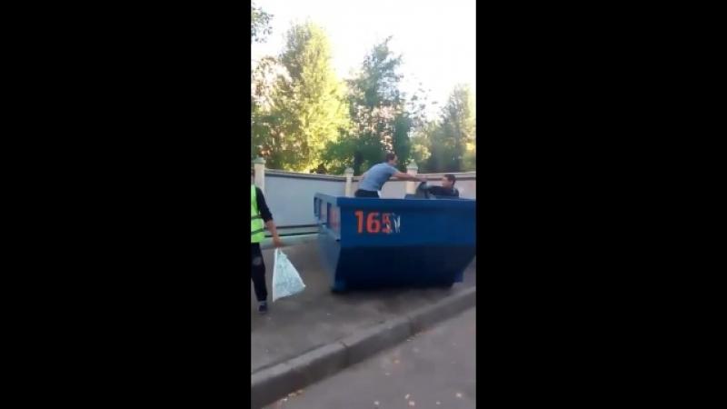 Капитал Инвест выкидывает мусор в чужие контейнера или во дворы 2
