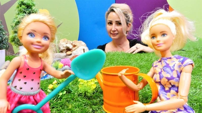 Barbie oyunları. Chelsea Özge'nin Kampında ağaç dikiyor