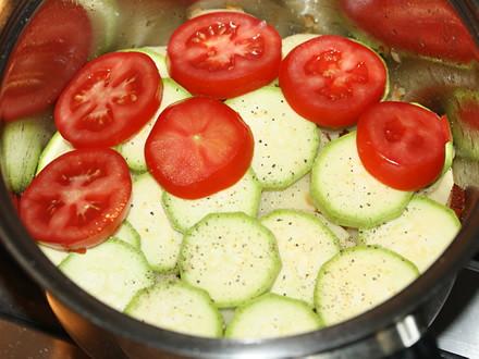 Вкуснейшее тушеное блюдо из молодой картошки, кабачков, помидор, перца и репчатого лука, для аромата добавляем чеснок и копченое сало.