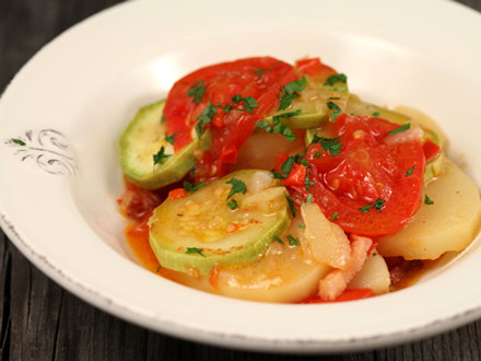 вкуснейшее тушеное блюдо из молодой картошки, кабачков, помидор, перца и репчатого лука, для аромата добавляем чеснок и копченое сало. ингредиенты:картофель - 700 гр.кабачок - 1 шт.помидоры - 2