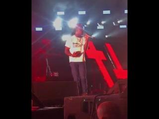 В Lil Uzi Vert кинули Библией во время исполнения «XO Tour Llif3»