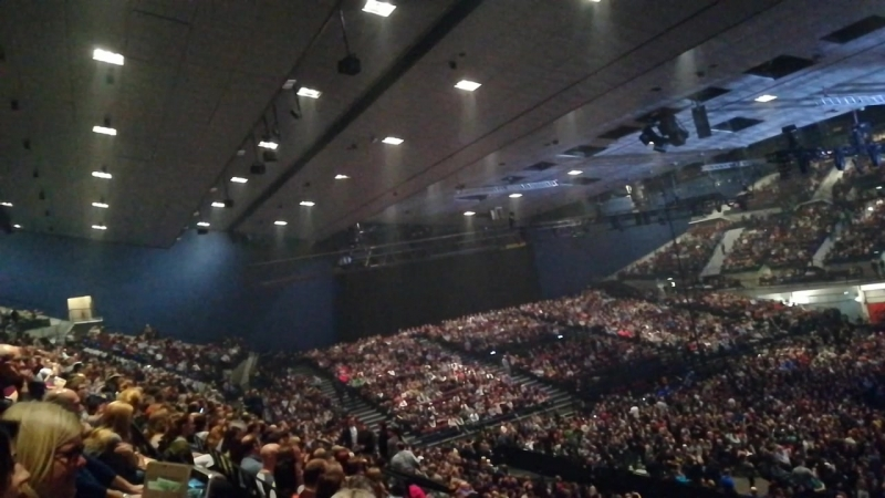 Полный зал Wiener Stadthalle в ожидании шоу QueenAdam Lambert 8'11'17