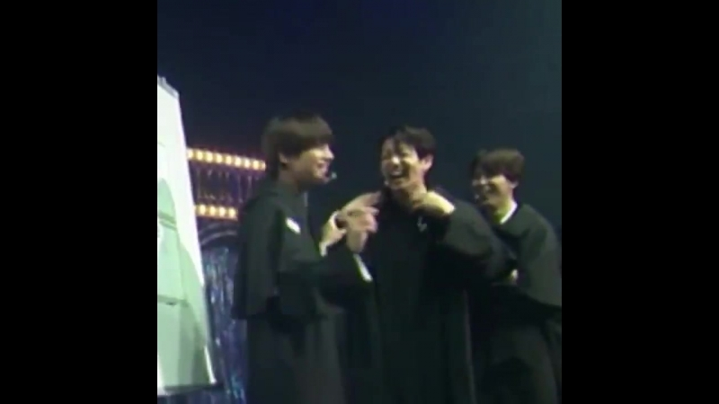 TAEHYUNG ALMOST FELL INTO JEONGGUK LAUGHING SO HARD PLEA S E