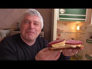 Утро на кухне, я у холодильника кушаю бутерброд, видео снял сегодня утром