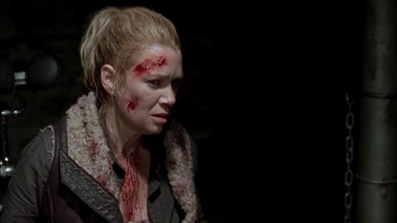 Зомби-Милтон кусает Андреа. Андреа убивает зомбированного Милтона