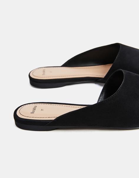 Черные туфли-бабуши асимметричного кроя.
