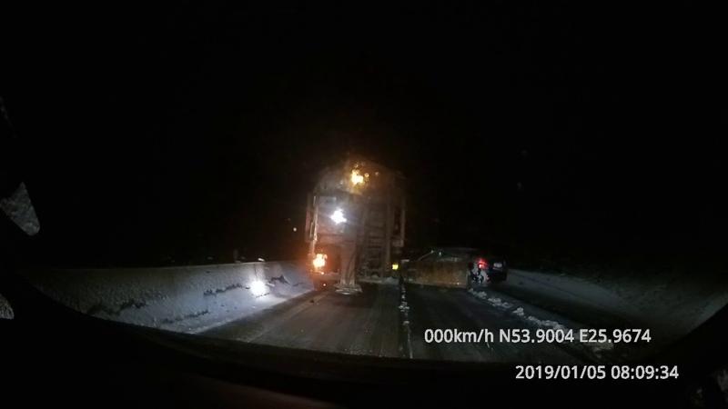 Попытка опередить снегоуборочную технику на трассе закончилась аварией — легковушка зацепила ковш