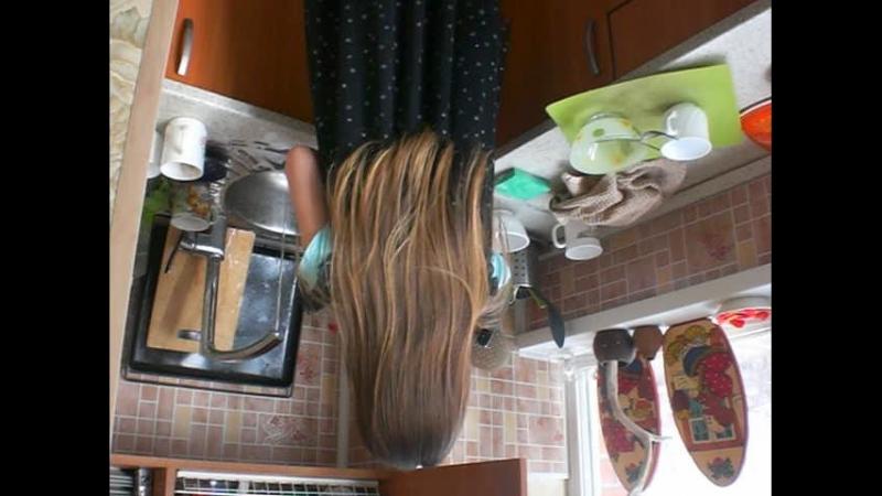 Моет посудку