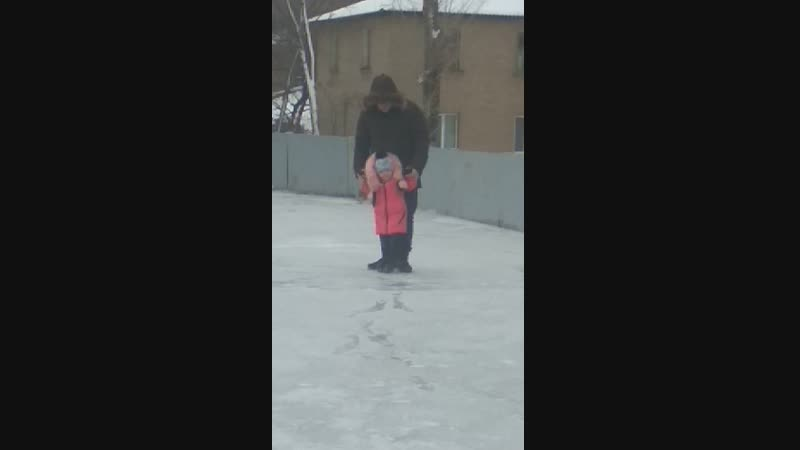 Анечка впервые вышла на лёд