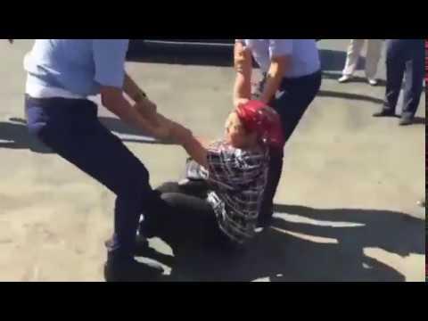 Шымкенттік полицейлер сатушы әйелді жүктілігіне қарамастан базардан сүйреп шығарды (ВИДЕО)