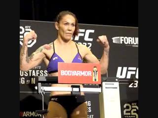 Главные участники UFC 232 сделали вес.