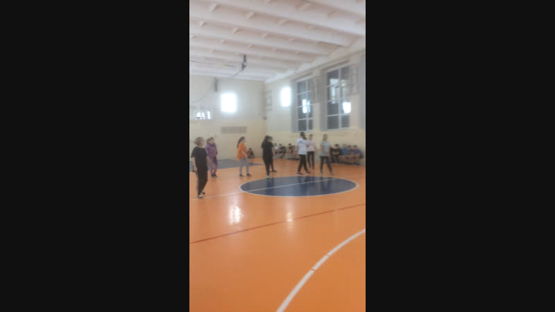Баскетбол среди 8х классов 8а и 8б