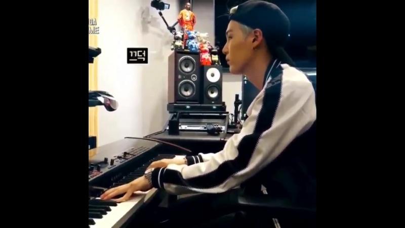 Yoongi playing the piano wow (720p).mp4