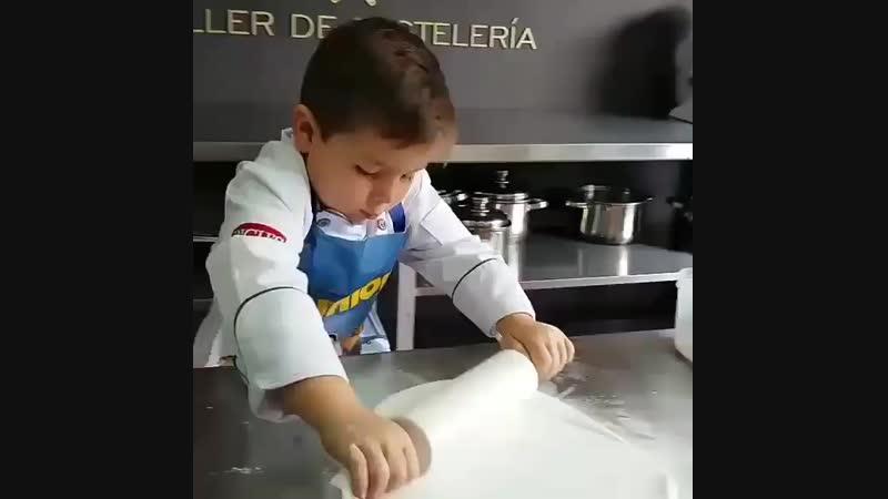 Этот юный кондитер@pastelero_victor_araqueработает с мастикой лучше некоторых взрослых 🙈