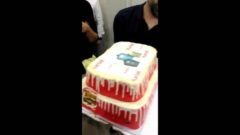 Торжественный вынос торта на церемонии открытия в Петербурге первого флагманского салона KARTELL