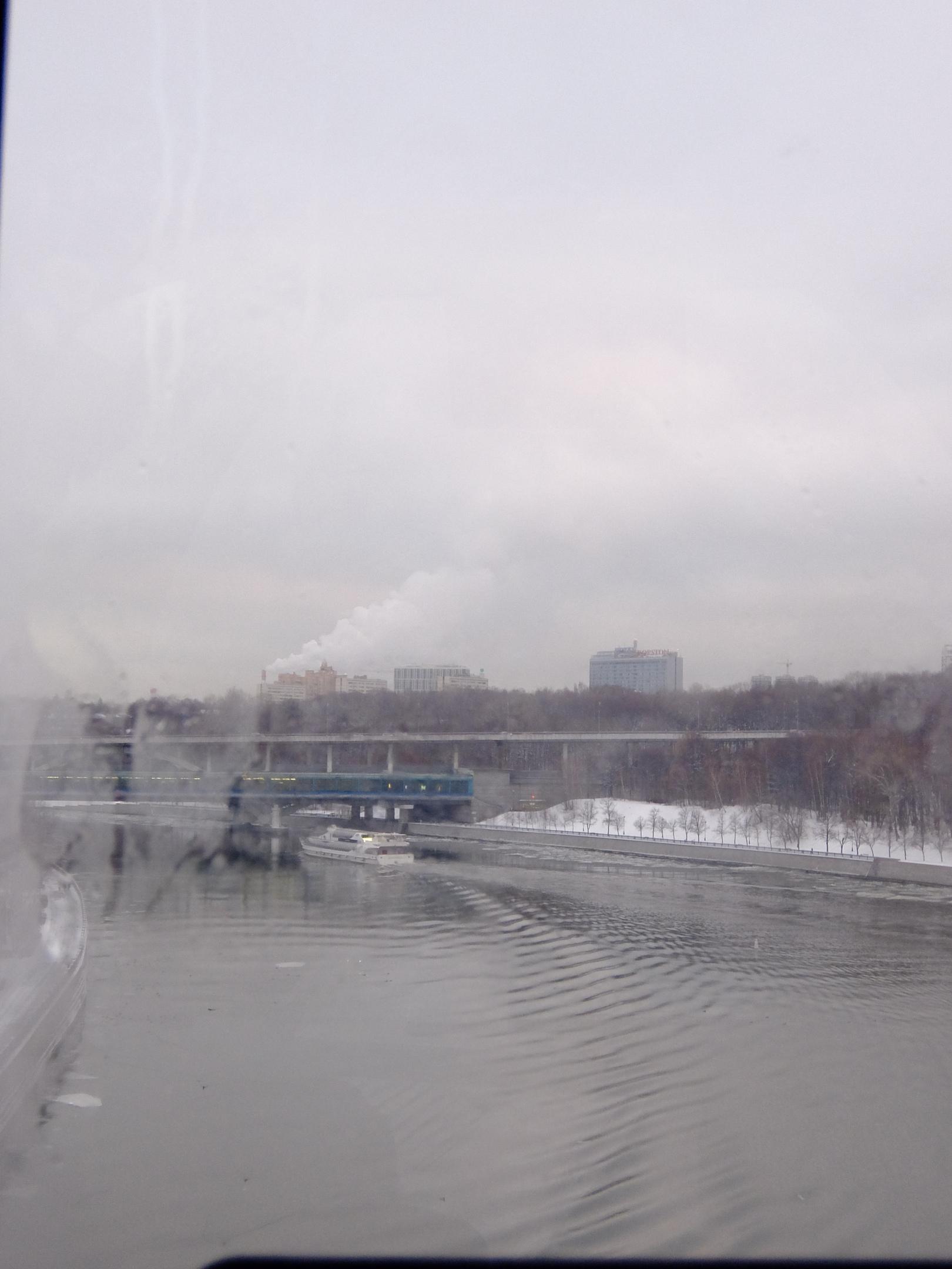 Вид из кабинки вниз по течению