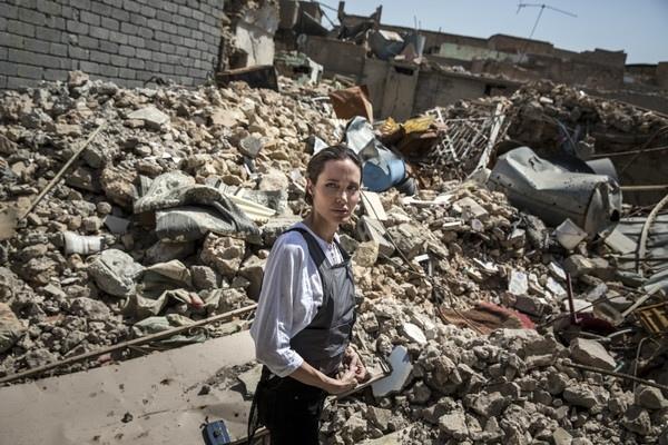 анджелина джоли 16 июня посетила иракский мосул голливудская актриса совершила 61-у миссию в составе комитета оон и в пятый раз посетила ирак.специальный посланник оон анджелина джоли посетила 16 июня город мосул, бывший когда-то вторым в ираке по