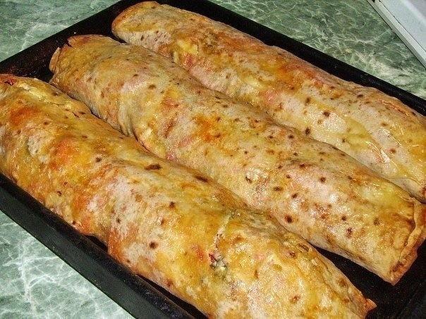 фаршированный лаваш ингредиенты: тонкий армянский лаваш — 1 шт. мясо или любые мясные изделия на ваш вкус — 200 г сыр твёрдый — 150 г помидор — 1-2 шт. болгарский перец — 1-2 шт. зелень (любая) — 50 г майонез или сметана — по вкусу соус томатный —