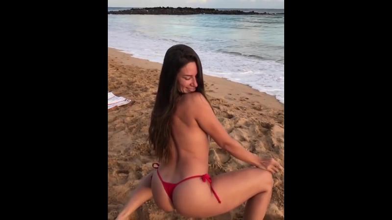 Cassidy Klein - трясет попкой в купальнике на пляже топлес!
