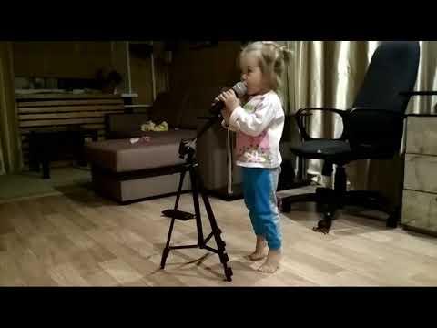 У леса на опушке поёт Ася. Ей 2 года и 2 месяца.
