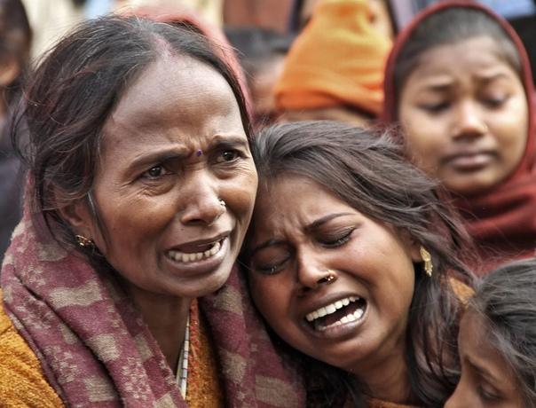 ИНДИЯ КРИМИНАЛЬНАЯ Говорят, что Индия - это путь в одну сторону. Однажды войдя в нее, уже не возвращаются. Потому что, заблудившись в темных улочках пыльных индийских городов, легко можно стать