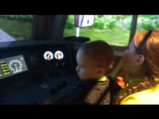Наш паровоз бежит пыхтит ! ))