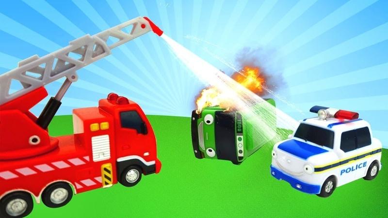 Yardımcı arabalar iş başında. İtfaiye, ambulans, polis arabası.