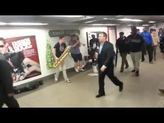 парни очень круто играют в метро на саксофоне, трубе и барабане!