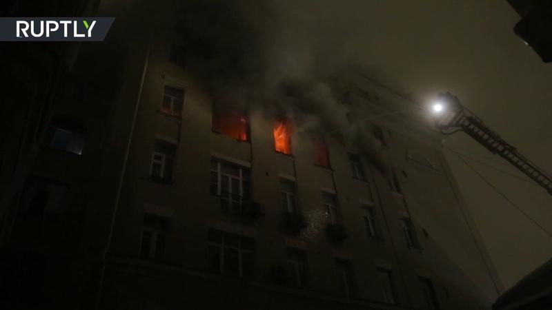 Видео с места крупного пожара в центре Москвы где погибли шесть человек