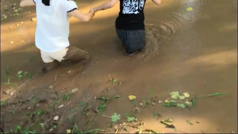 2 Chinese girls in mud