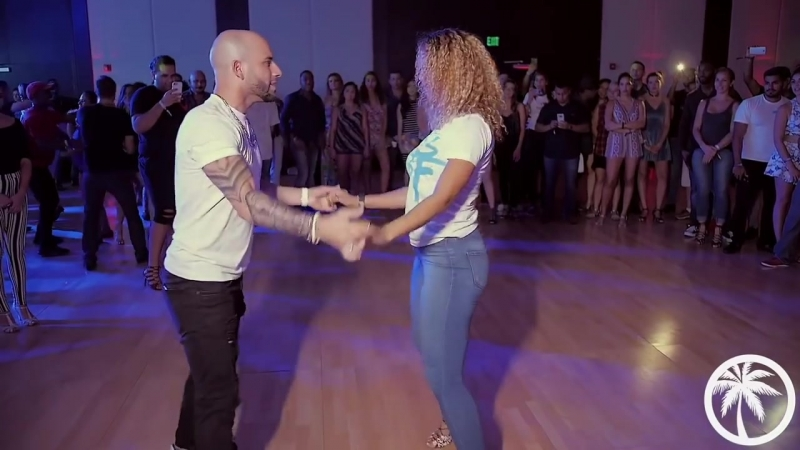Вау. Жорож Атака и Таня Ла Алемана танцуют под.... Пусть бегут неуклюже (минус).