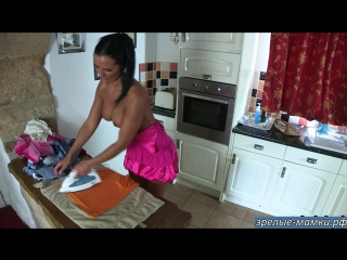 Голая мама гладит вещи сыну