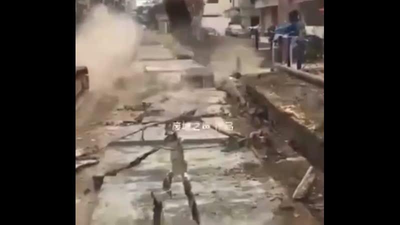 Завалило стеной из бетона