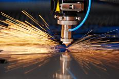 Лазерный резак используется для резки листа металла.