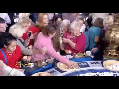 Зрители собирают еду «Поле чудес» Давка массовки из-за й еды на барабане