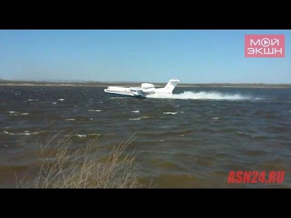 БЕ-200 набирает воду в реке Зея в районе Владимировки