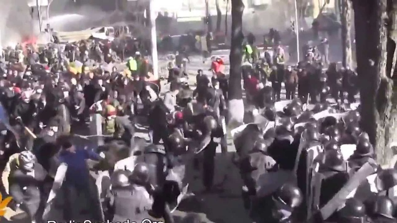 Майдановцы против Беркута 18022014 Бои на ул Шелковичной Киев Украина Майдан беспорядки драки жесть