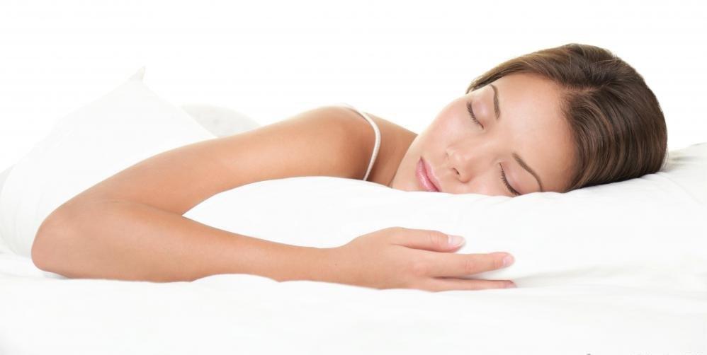 Гормональный мелатонин способствует сонливости.