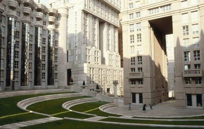 Les Espaces d'Abraxas был разработан испанским архитектором Рикардо Бофиллом (Ricardo Bofill) и построен в период с 1978 по 1983 года.