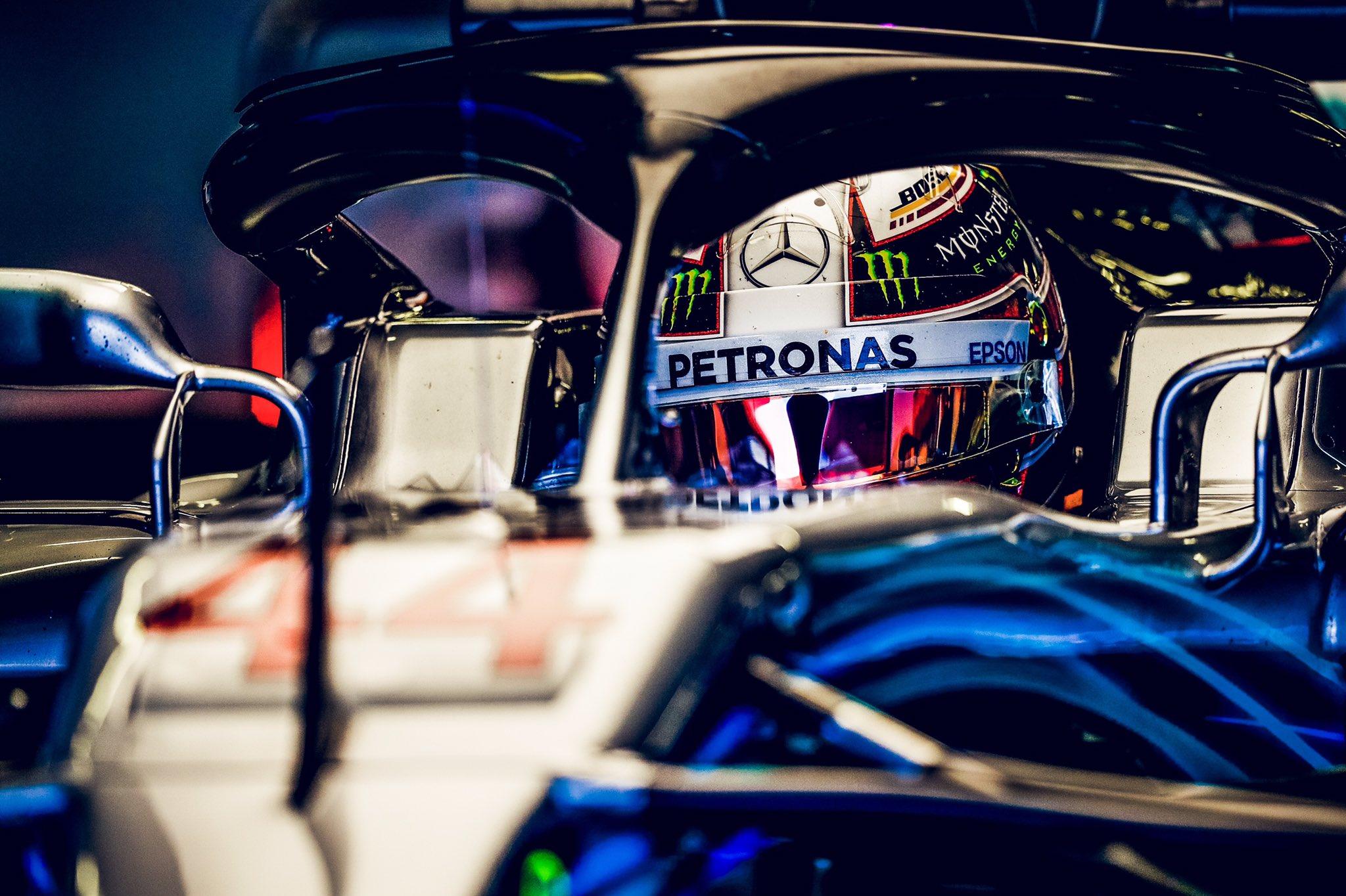Льюис Хэмилтон за рулём чемпионского болида Mercedes