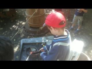 Сын помогает в полевой пулелитейной мастерской 17 века на фестивале