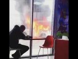 В Красноярске посетители кафе не обращают внимания на горящий автобус