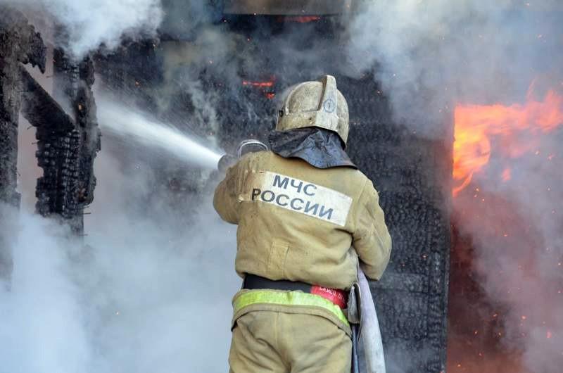 Пожар уничтожил в Кардоникской хозяйственную постройку