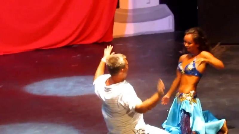 Русский турист танцует с восточной красавицей