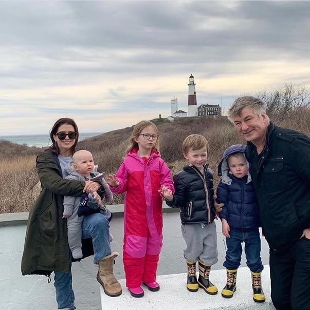 Алек Болдуин и его жена планируют пятого ребенка В конце мая 2018-го 60-летний Алек Болдуин стал отцом в пятый раз: его жена Хилария родила их четвертого совместного ребенка, также у актера есть