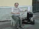 Канал Грибоедова. Дедушка играет на пиле.